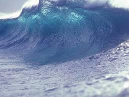 evento ondoso con onda nel mare blu