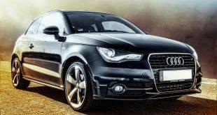 auto aziendale nera su strada