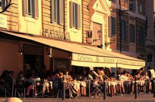 bar con tavoli all'aperto, occupa parte della piazza
