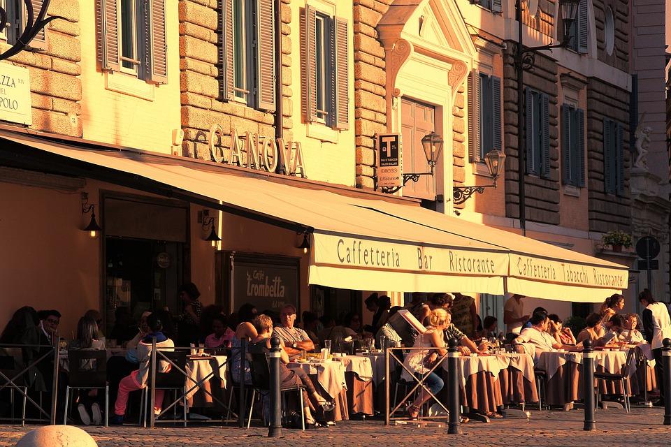 roma bar con tavoli all'aperto, occupa parte della piazza