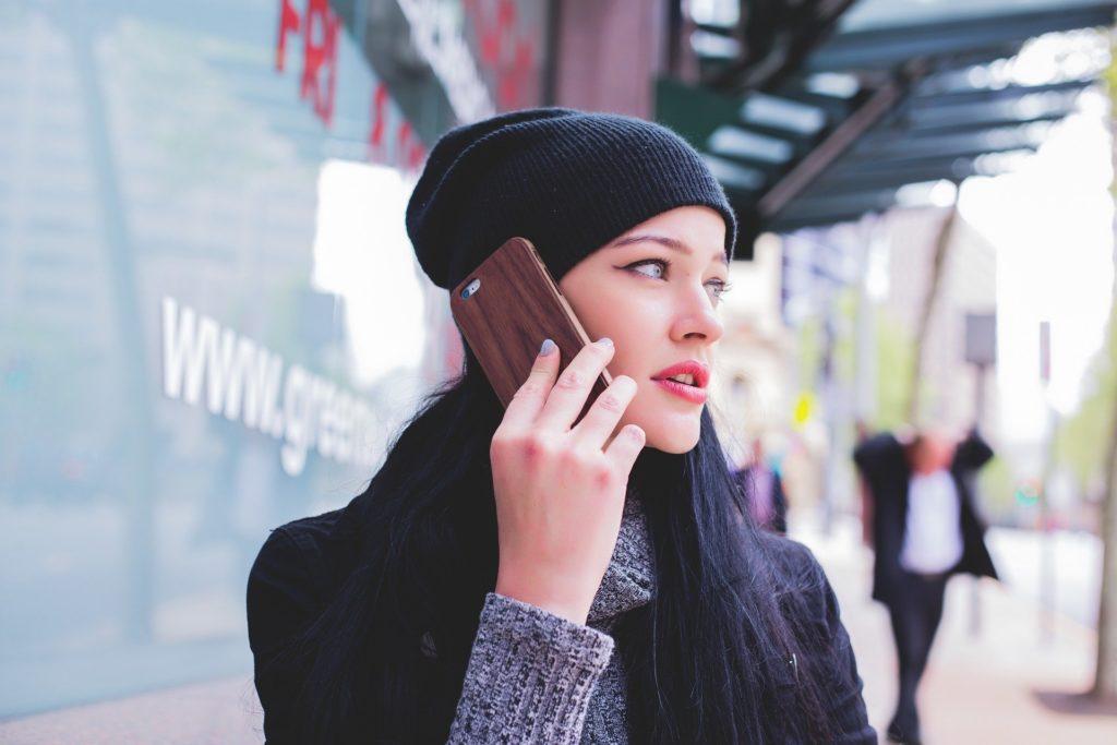 girl 1245713 1920 1024x683 - Deducibilità del cellulare aziendale al dipendente: come funziona, quale contratto e quanto si risparmia e esempio di calcolo