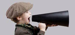 bambino con megafono