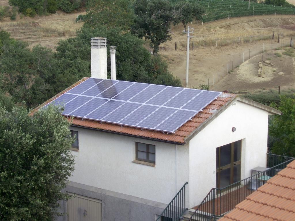 pannelli solari sul tetto di una casa in affitto