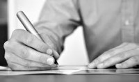 mano che scrive in bianco e nero