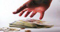 soldi vicino alla mano
