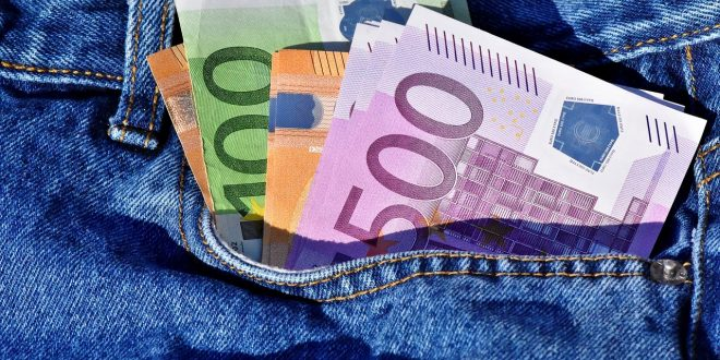 soldi contanti in tasca