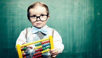 bambino con occhiali e pallottoliere