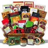 cesto regalo con omaggi e prodotti vari