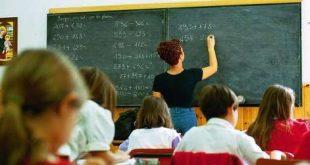 maestra alla lavagna in aula di scuola elementare