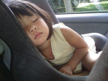 bambina su seggiolino in auto