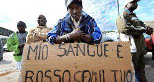 stranieri con cartello